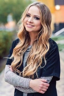 Porträt von unglaublich schönes Mädchen mit einem süßen Lächeln