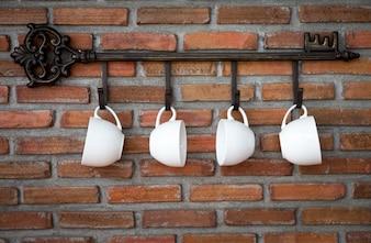 Porzellantassen hängen