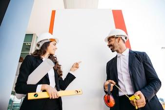Präsentationskonzept mit Architekten mit Helmen