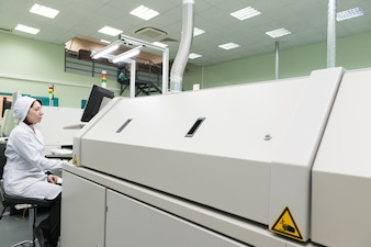 Produktion von elektronischen Bauteilen im High-Tech-Werk