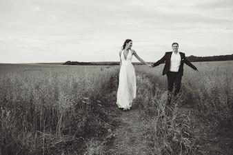 """Braut und Bräutigam im Feld"""