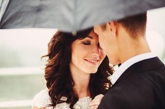 """""""Braut und Bräutigam stehen unter Regenschirm"""""""