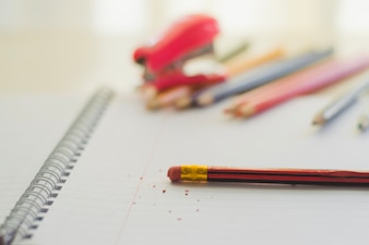 Radiergummi auf Bleistift und Notizblock