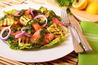 Räucherlachsalat auf der Matte