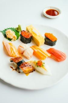 Raw und frischen Nigiri-Sushi in weißen Teller gesetzt