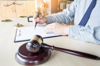Rechtsanwalt Hand schreibt das Dokument vor Gericht (Gerechtigkeit, Recht)