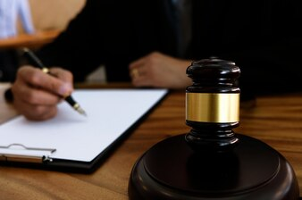 Rechtsanwalt schlägt mit Hammer vor Gericht. Gerechtigkeits- und Gesetzeskonzept