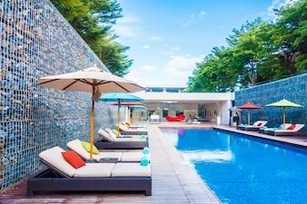 Regenschirm und Stuhl rund um Schwimmbad