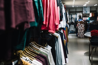 Reihen von Kleiderbügeln mit Kleidern