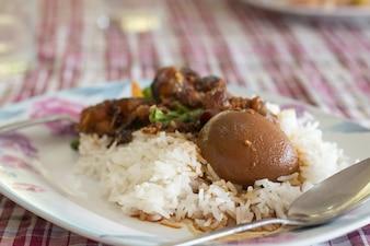 Reis mit Eiern und Schweinefleisch in brauner Soße