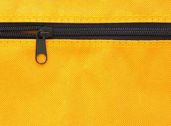 Reißverschluss auf gelbem Tasche Hintergrund