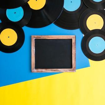 Retro-Musik-Konzept mit Schiefer unter Vinyls