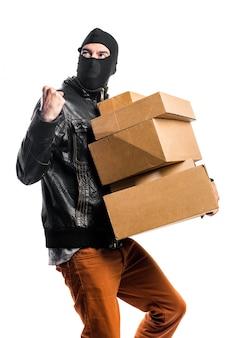 Robber holding boxen