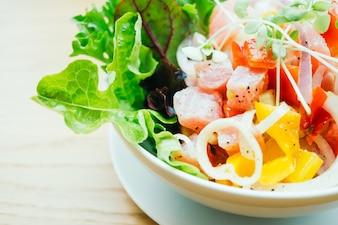 Roher und frischer Thunfisch mit Gemüsesalat