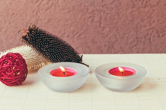 Rosa Kerzen und roter Ball