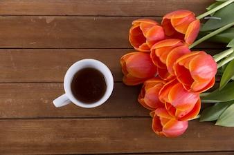 Rosenstrauß und Kaffee