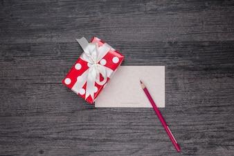 Rote Geschenk hölzernen Tag zu Hause