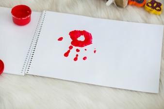 Roter Handaufdruck auf weißem Papier
