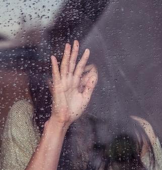 Sad junge Frau und ein Tropfen regen