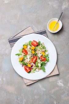 Salat auf einer weißen Platte von oben gesehen