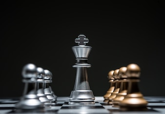 Schach fotografiert auf Schachbrett, während das Spiel beginnt.