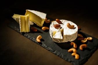 Schauen Sie von oben auf Schnitt brie Käse mit Nüssen auf ihm