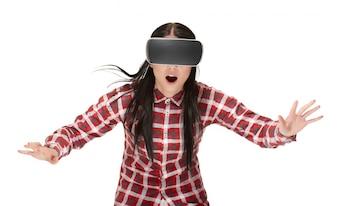Schockierte Frau in VR spielen und reisen im Cyberspace.