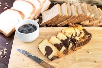 Schokoladen-Marmorkuchen mit heißem Kaffee und Brot