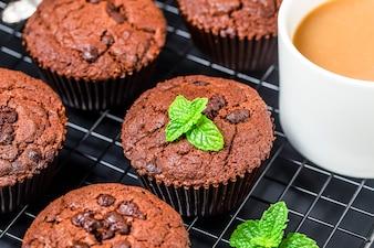 Schokoladenmuffin mit Minze auf Holztisch