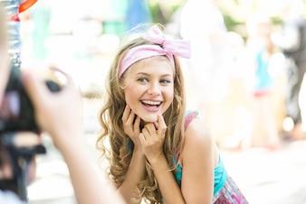 Schöne blonde Mädchen im Park