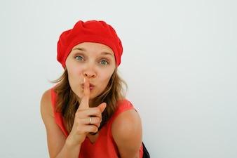 Schöne französische Frau zeigt shh Geste