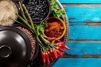 Schöne leckere appetitanregende Zutaten Gewürze Grocery Red Chilli Pfeffer Schwarze Schalen zum Kochen gesunde Küche.