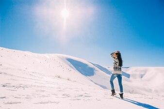 Schöne Mädchen genießen die Sonne, Wintertag in den Bergen