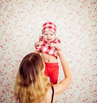 Schöne Mutter und ihre unglaubliche kleine Tochter zusammen