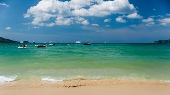 Schöne sanfte Welle am flachen Strand mit blauem Himmel, in Phatong Beach Phuket Provinz, Thailand