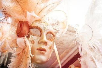 Schöne venezianische Maske hängt zum Verkauf. Sonnenlicht, Tageslicht. Toning Horizontal.