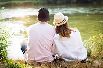 Schönes junges Paar in der Liebe im Berg.