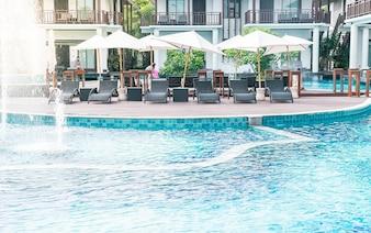 Schönes Luxushotel Schwimmbad Resort mit Sonnenschirm und Stuhl