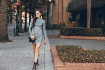 Schönes Mädchen auf der Straße
