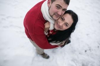 Schönes Paar im Winter posiert