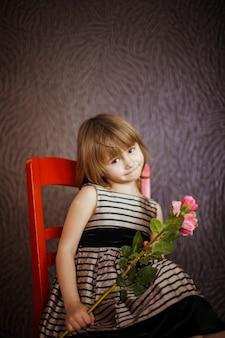 Schönes Porträt eines schönen und schönen kleinen Mädchens