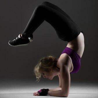 Schönes sportliches Mädchen, das Backbend auf Unterarmen macht