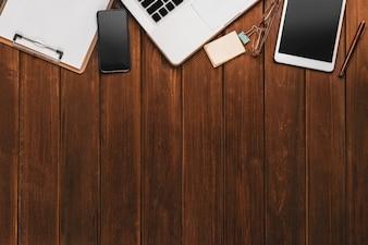 Schreibtisch mit Tablet und Laptop
