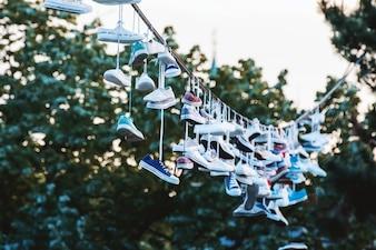 Schuhe hängen an einer Linie im Stadtpark. Prag CZE