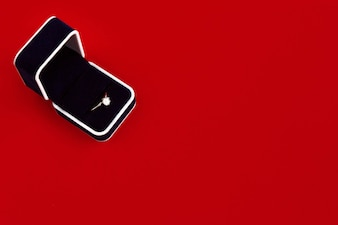 Schwarz bestellen Ring-Box auf einem roten Tisch