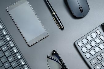 Schwarz Büro Business-Ausrüstung auf schwarzem Hintergrund