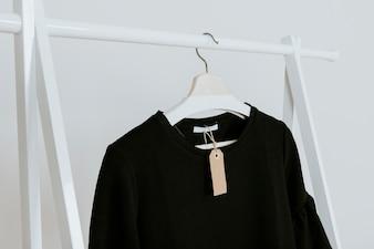 Schwarze Bluse im Laden
