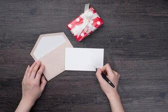 Schwarze feier wrapping arme postal