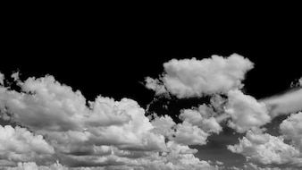 Schwarzer Himmel und weiße Wolken