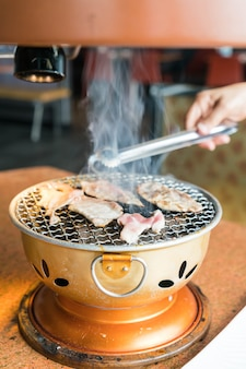 Schweinefleisch auf Holzkohlegrill